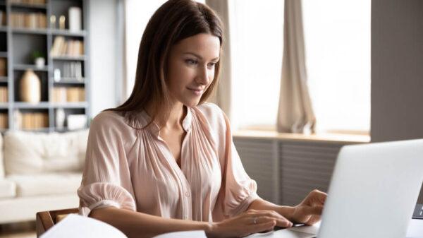 kobieta-pracująca-zdalnie